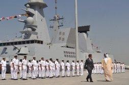 Sarkozy y el primer ministro de los Emiratos Árabes, en la nueva base naval gala. / AP