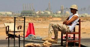 Un rebelde libio hace guardia en uno de los pasos hacia Ras Lanuf. | Reuters