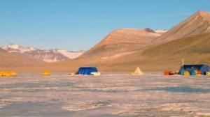 Cientistas precisaram de cuidados especiais para não contaminar local isolado (Foto: Alison Murray via AFP