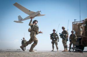 Un soldado ayuda en el lanzamiento de un drone en Afganistán. / SGT. MICHAEL J. MACLEOD (US ARMY)