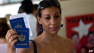 Cubanos agora não precisam mais pedir permissão de saída e podem viajar apenas com passaporte