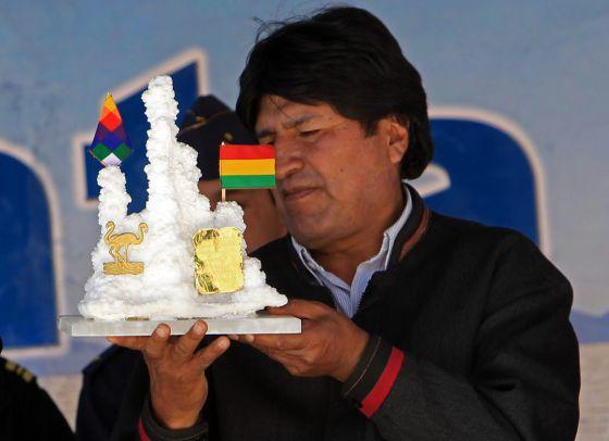 El presidente de Bolivia, Evo Morales, observa el pasado 3 de enero un obsequio de un trabajador de la planta piloto de Carbonato de Litio, en Llipi (Bolivia). / MARTIN ALIPAZ (EFE)