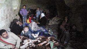 REFUGIO. Varios sirios se han resguardado en una cueva cerca de Hama, ante la creciente violencia. Ayer perecieron 118 personas, según los opositores. (Foto: SAMER AL-HAMWI REUTERS )