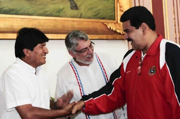 El vicepresidente de Venezuela, Nicolás Maduro saluda al presidente de Bolivia, Evo Morales, ante la mirada del destituido mandatario paraguayo Fernando Lugo en Caracas EFE