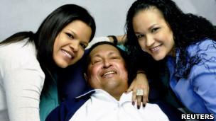 Nas fotos, Chávez aparece ao lado das duas filhas, Rosa Virgínia (dir.) e Maria Gabriela