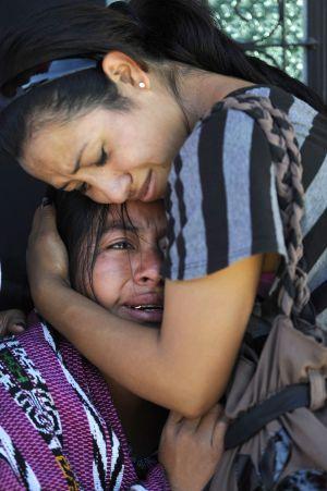 Dos mujeres lloran tras un tiroteo en Ciudad de Guatemala. / J. ORDÓÑEZ (AFP)