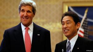 John Kerry (e) é recebido pelo ministro japonês do Exterior, Fumio Kishida