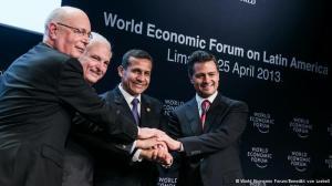 Da esq. para dir.: Klaus Schwab, fundador do FEM, e presidentes do Panamá, Peru e México