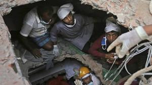 Equipes de resgate trabalham dia e noite buscando sobreviventes do desabamento