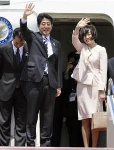 MEJORA DE RELACIONES. El primer ministro japonés inició hoy una gira por Rusia y Medio Oriente. En la foto el primer ministro aparece con su esposa Akie. (Foto: AP )