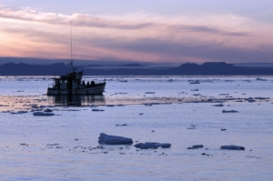Barco navegando entre los fiordos de Jakobshavn (Groenlandia)