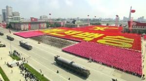 Coreia do Norte faz desfile histórico pelos 60 anos do armistício em Pyongyang
