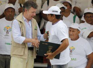 Juan Manuel Santos, en un acto de restitución de tierras el pasado abril. / JOHN VIZCAINO (REUTERS)