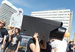 IRRITACIÓN. Una alemana protesta con una cámara simulada contra el espionaje estadounidense en su país, denunciado por Snowden. (Foto: RAINER JENSEN AP )IRRITACIÓN. Una alemana protesta con una cámara simulada contra el espionaje estadounidense en su país, denunciado por Snowden. (Foto: RAINER JENSEN AP )