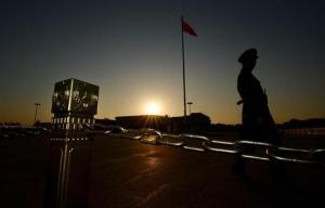 Un militar monta guardia a pocos metros de donde se ha celebrado el Tercer Pleno, en Pekín. Afp