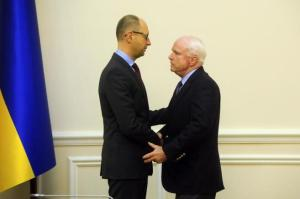 El primer ministro Arseni Yatseniuk saluda al senador John McCain, el pasado 15 de marzo. ANDREW KRAVCHENKO AFP