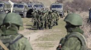 Soldados, que seriam russos, do lado de fora do território de uma unidade militar ucraniana no vilarejo de Perevalnoy, na Crimeia