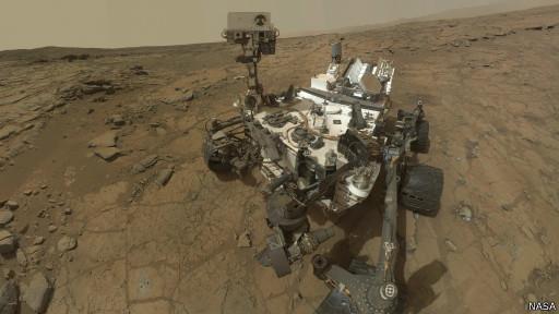 A sonda robótica Curiosity percorre a superfície de Marte captando imagens e realizando análises