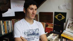 Armin Nachawaty vende livros em uma paróquia católica