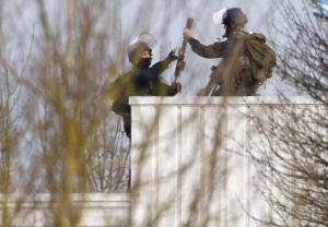 Miembros de las fuerzas especiales francesas sostienen armas en el techo de la imprenta de Dammartin-en-Goele. AFP