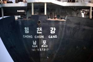 El buque norcoreano Chong Chon Gang fue interceptado en Panamá en febrero de 2014, con un cargamento de armas enviado de Cuba a la nación asiática. Posteriormente la ONU determinó que el envío había violado el embargo de armas contra Corea del Norte. RODRIGO ARANGUA AFP/GETTY IMAGES