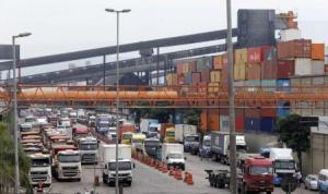 Caminhões enfileirados no porto de Santos. 25/02/2015