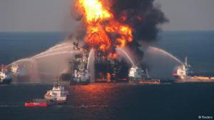 Navios tentam apagar as chamas na plataforma Deepwater Horizon, em 21 de abril de 2010