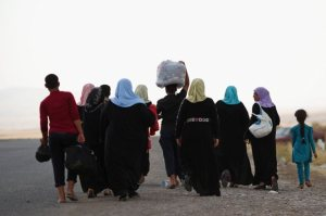 Un grupo de hombres y mujeres refugiados huye de Irak. DAN KITWOOD